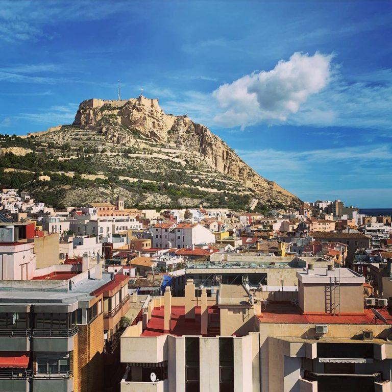 El Castillo de Santa Bárbara y la Casa Carbonell : two emblematic buildings to discover in Alicante